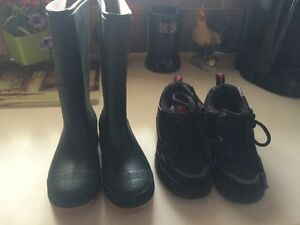 SIZE 2 BOYS ROLLER SHOES AND RUBBER BOOTS