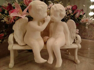 2 Angels on a bench statue