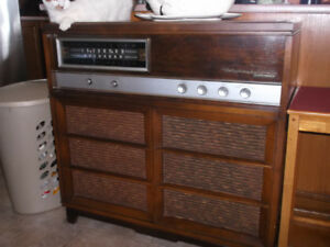 RCA-ORTOPHONIC.RADIO AM-FM-PLUS RECORD PLAYER.