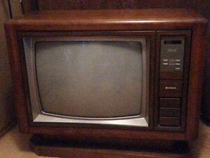 vintage Hitachi 26 in wood pedestal tv Kawartha Lakes Peterborough Area image 1