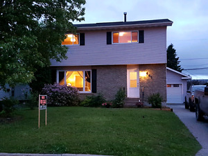 Bright & modern 4 bdrm house w/detached garage ~ Great location!
