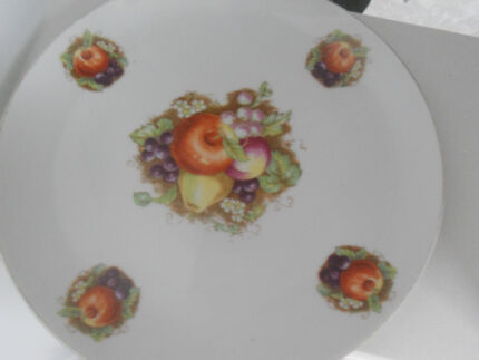 Saji Japan fine Japanese china collector plate fruit grapes apple