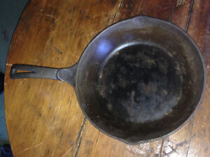 "9"" ANTIQUE SKILLET - MADE IN USA (CIR 1800)"