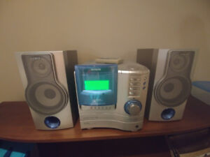 Vintage stereo with 2 speakers and remote. CD player and radio