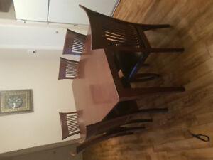 Table et 6 chaises à vendre!