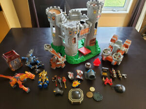 Chateau, catapultes, figurine medievale et pirate