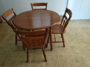 Table de cuisine avec 4 chaises et vaisselier Roxton en érable