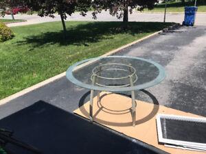 Jolie table patio dessus en verre