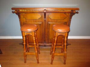 Bar et tabourets tout en bois fabriqué par un artisan en France.