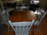 TABLE WITH 4 WOODEN RUSTIC GREY CHAIRS.