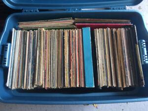 Lot de 488 vinyles de plusieurs styles de musiques variées 180$