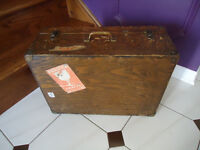 VINTAGE CARRYING CASE WITH PADDED INSIDE COMPARTMENTS