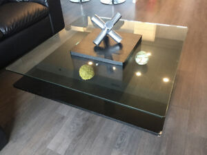 Glass top coffee table / table d'appoint