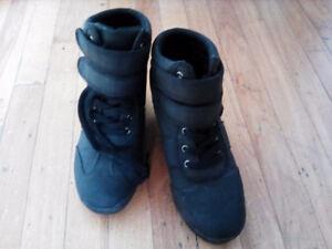 Boots size 8 black/noires super cute