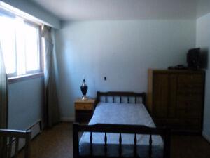 Nov 1 - STUDENTS/PROFESSIONALS -  Furnished room in 3 bdrm apt