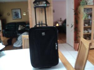 petite valise noire sur roues