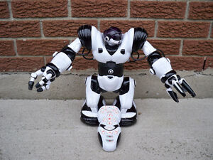 ROBOSAPIEN ROBOT 14 INCHES TALL WITH REMOTE CONTROL