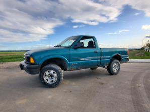 Lifted  manual chevy s10 LOW kms