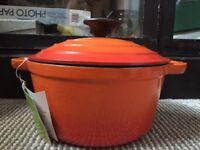 Robert dyas traditional cast iron round casserole dish NEW but damaged