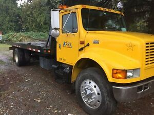 Tilt deck tow truck 2002 International 4900 diesel automatic