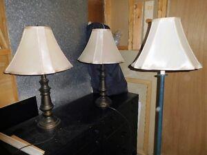 2 lampes de chevet et lampe sur pied