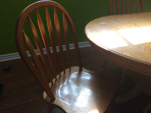 Oak pedestal table with 4 Windsor back chairs West Island Greater Montréal image 2