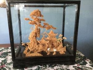 Sculpture asiatique en liège sous verre