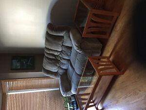 KIT  incluant DIVAN, 2 TABLES SALON CHENE, CADRE AU MUR