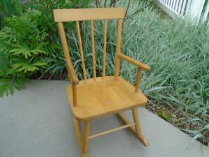 chaise berçante et  chaise de plage en bois pour enfant