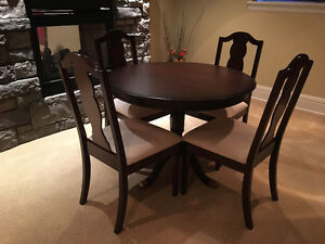 Round Pedestal Dining Table & Chairs