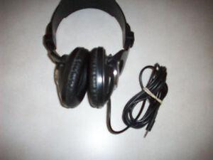 HEADPHONES  --  STEREO / COMPUTER  --  LIKE NEW