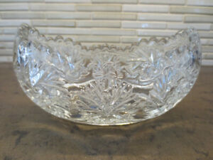 Vase ovale en verre clair.