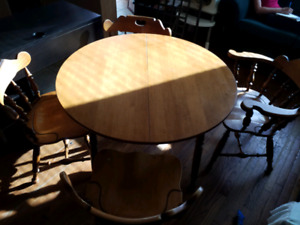 Dining table with 2 leaves and 4 chairs