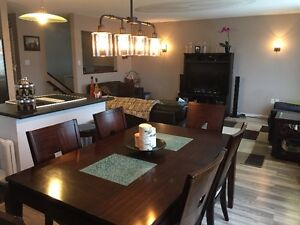 Beautiful 8 seat dining room table with leaf. London Ontario image 1