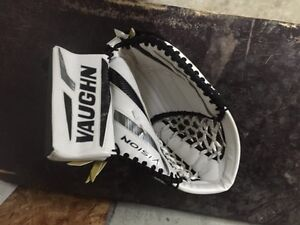 Vaughn Vision Goal Glove - full right Strathcona County Edmonton Area image 1