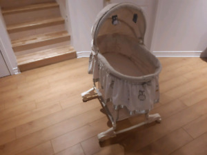 Moise en excellent etat/ baby crib like new