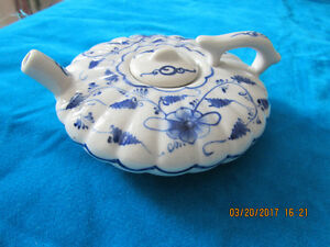 Like new vintage fine porcelain small Chinese teapot