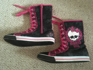 Monster High girl boots size 4