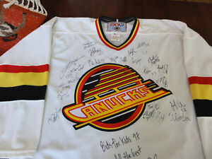 Signed 1997 Vancouver Canucks Jersey,men's large