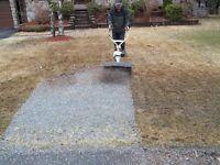 Nettoyage des petites roches sur votre pelouses à Granby