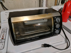 WORKING 4 slice Black & Decker toaster oven
