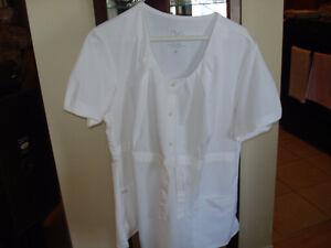 Deux (2) uniformes de préposée aux bénéficiaires