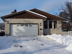 554 Lanark Cres - Make your offer Today!