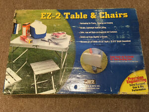 Portable table and chairs / table et chaises pliantes