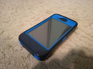 Iphone 4 32 GB (Telus locked) - w. Otterbox case