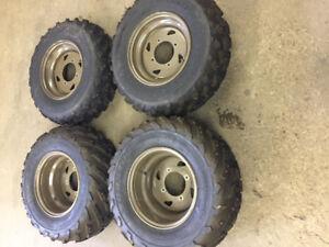 4 roues et pneus dunlop cloutés comme neufs pour vtt 500 $