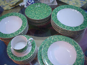 set for 8 dinner plates cups and saucers 40Pc. green edge gold