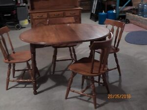 Solid maple dining table with four maple chairs Peterborough Peterborough Area image 2