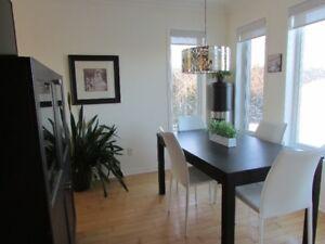 Table de salle à manger brun-noir 140cm x 84 cm