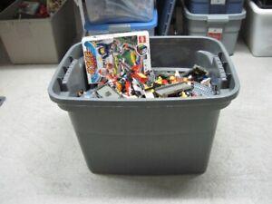 Lego environs 38 lbs de pièce variés  grand bac  Juste du Lego